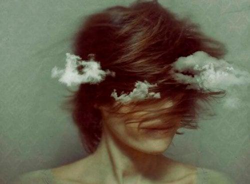naisen pään ympärillä pyörii pilviä