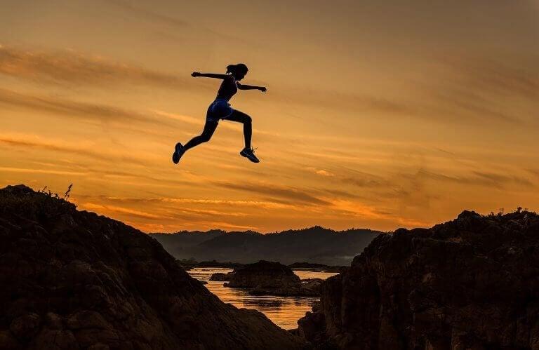 naisen hyppy symboloi henkistä vahvuutta