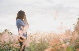 yksinäinen nainen ulkona