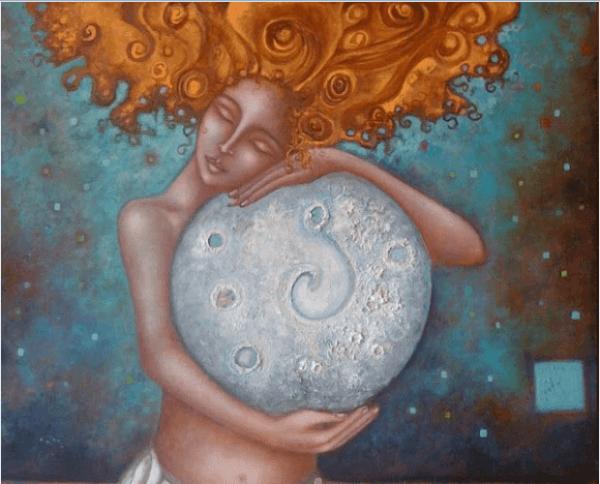 nainen halaa kuuta