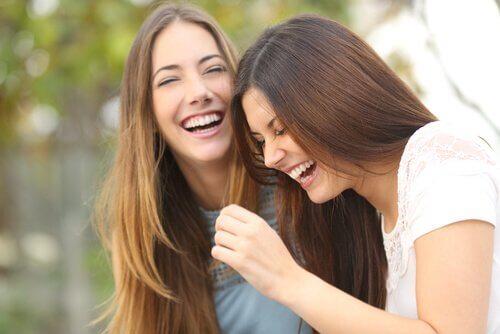 sisarukset tai ystävykset nauravat