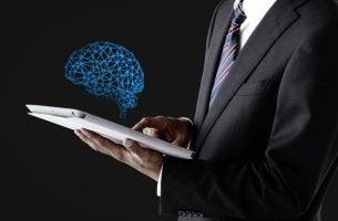 pukumies hakee tietoa aivoista