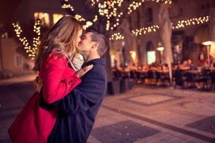 suutelu ulkona kadulla