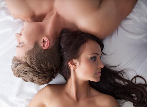 pariskunnalla ongelmia sängyssä