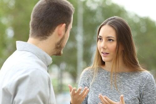 nainen ja mies keskustelevat