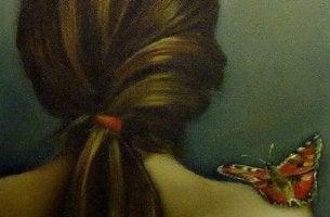 naisen olkapäällä on perhonen