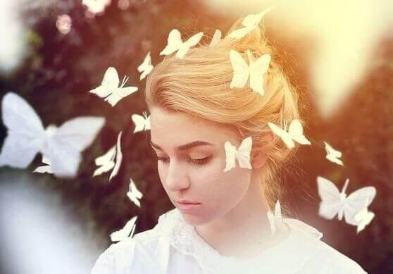 tytön ympärillä lentelee perhosia