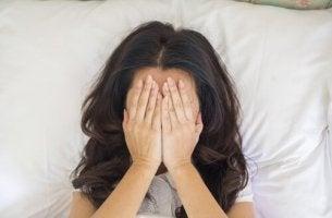 epätoivoinen nainen sängyssä