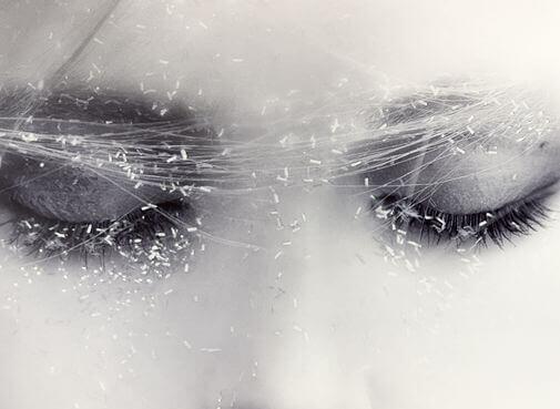 naisen silmillä jotain harsoa