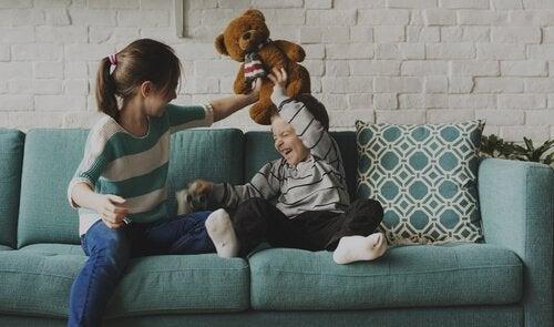 Vanhemmat sisarukset: jossakin hauskuuden ja roolimallin välissä