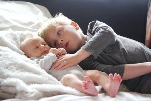 pikkuvauva ja isoveli