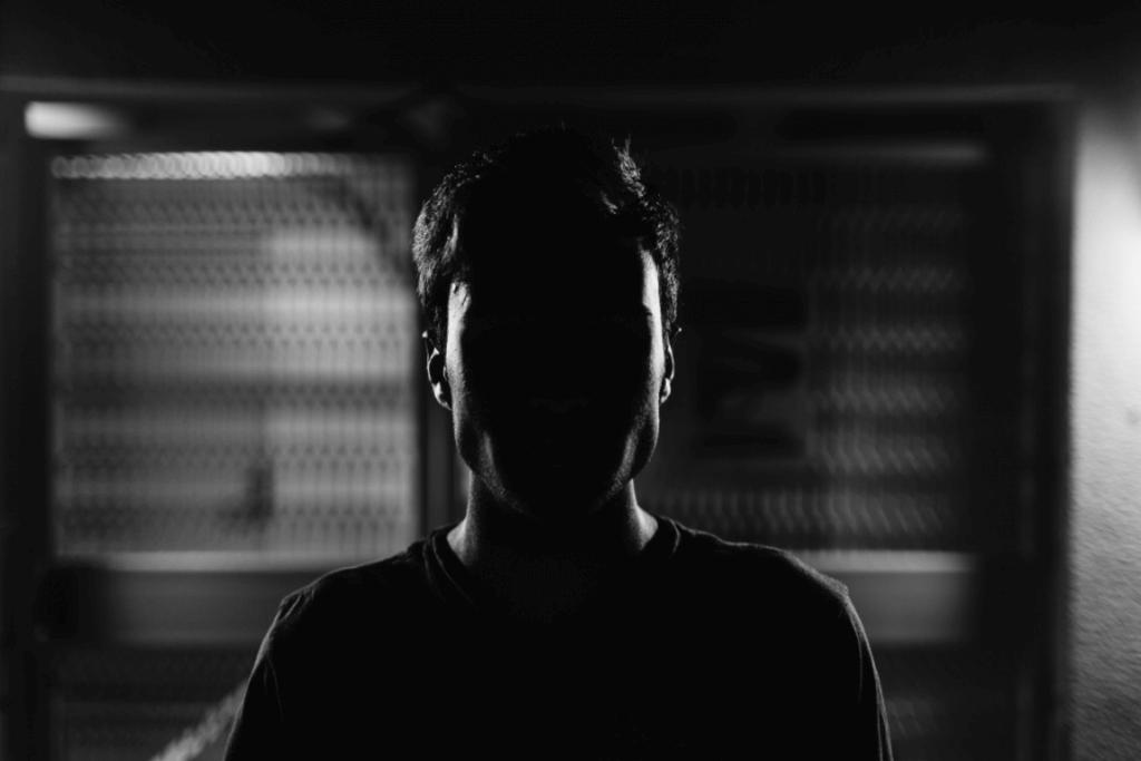 mies pimeässä