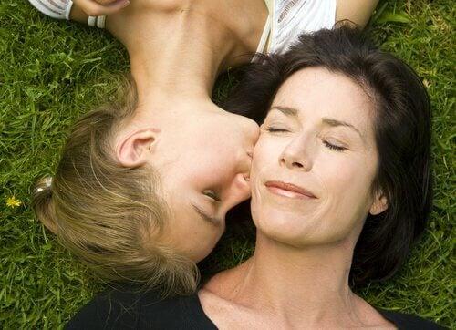 teini suukottaa äidin poskea