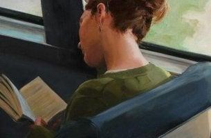 tyttö lukee bussissa