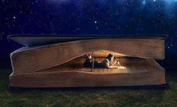 tyttö lukee suurta kirjaa