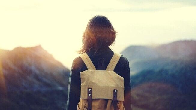 henkisesti vahva nainen vuoristossa