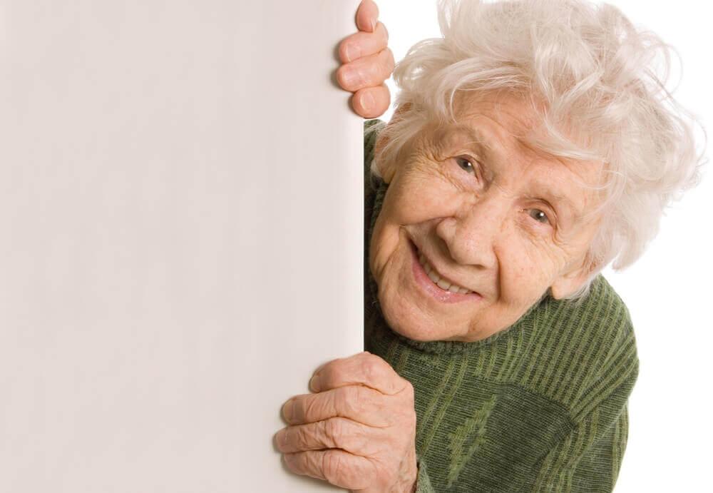 mummo kurkistaa nurkan takaa