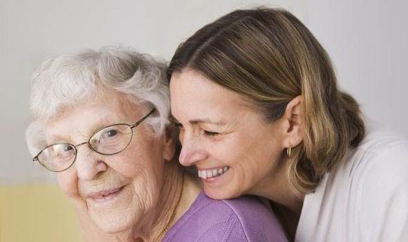 vanha nainen ja nuorempi nainen