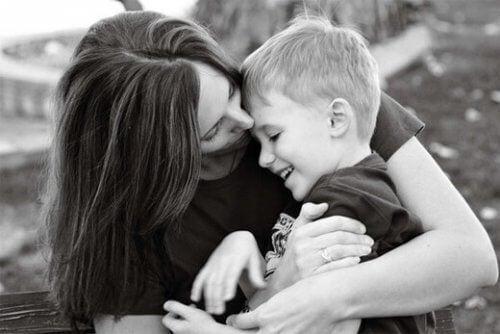 äiti suukottaa poikaansa