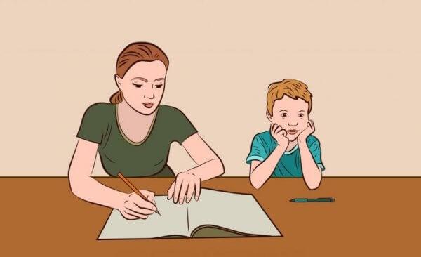 äiti auttaa läksyjen kanssa