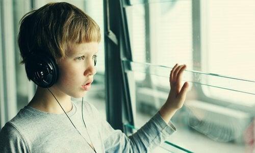 autistinen lapsi kuuntelee jotain