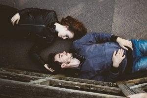 pariskunta makaa lattialla ja katsoo toisiaan