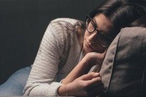 surullinen nainen sohvalla