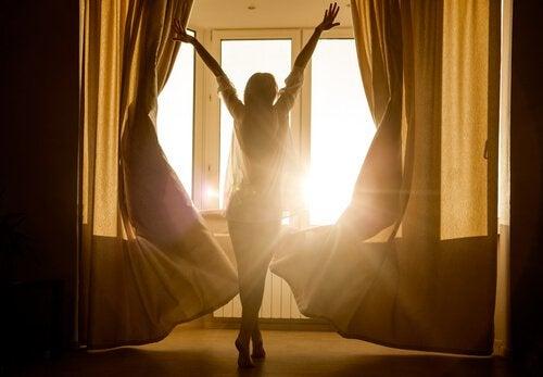 nainen ikkunan edessä