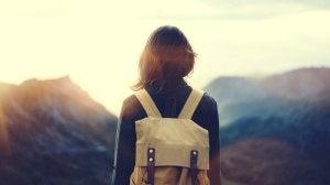 nainen yksin matkalla