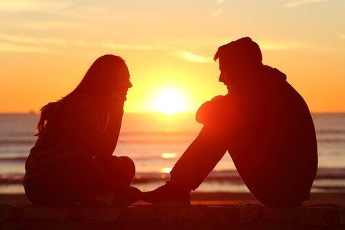 pariskunta auringonlaskussa
