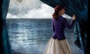 nainen avaa verhot merelle