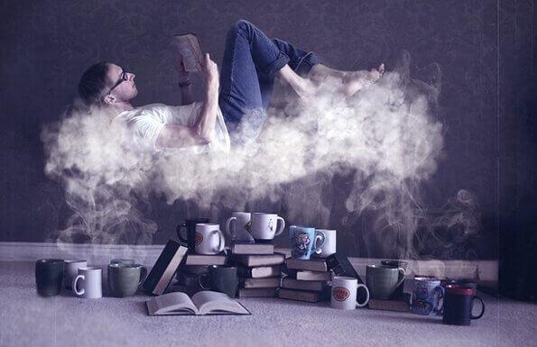 mies lukee kahvihöyryn päällä
