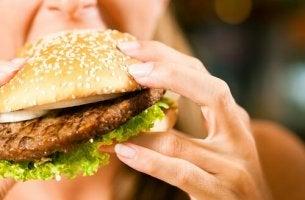 hampurilaisen ahmiminen on tunteisiin perustuva nälkä