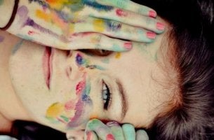 värikkäät kädet ja kasvot