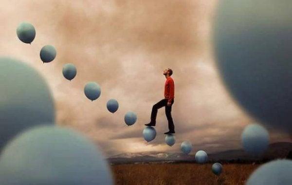 mies kulkee ilmapallojen päällä
