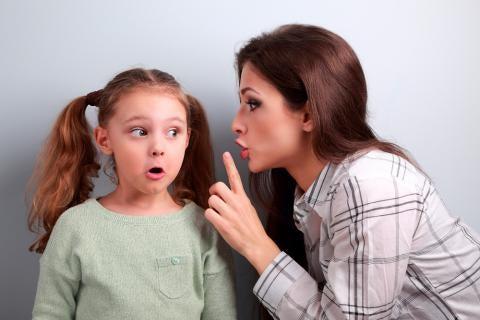 äiti pyytää tyttöä olemaan hiljaa
