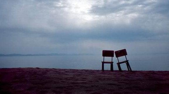 tyhjät tuolit rannalla