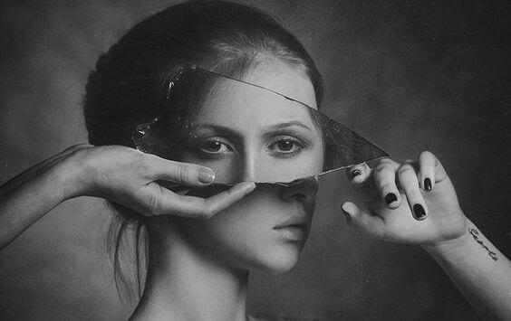 naisen kasvoista osa on peilissä