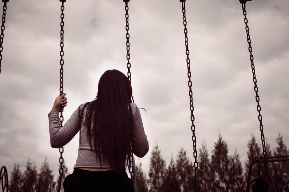 nainen yksin keinussa