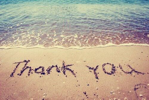 hiekkaan kirjoitettu kiitos