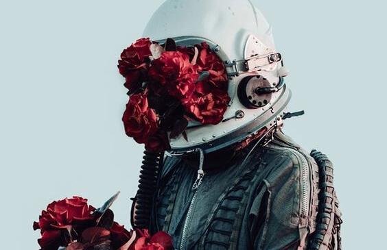 astronautin kypärästä kasvaa kukkia