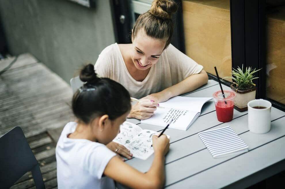 äiti ja tytär tekemässä läksyjä