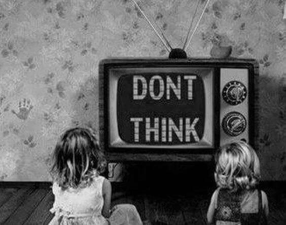 telkkari kertoo lapsille ettei heidän tulisi ajatella