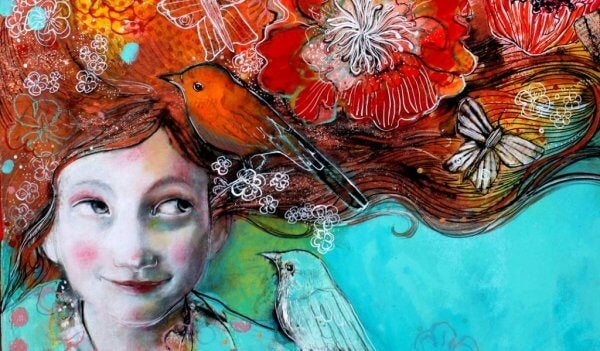 tytön hiuksissa on kukkia, lintuja, perhosia