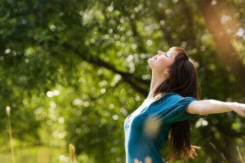 nainen nauttii luonnosta