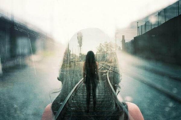 valikoiva muisti: nainen katsoo itseään ulkoapäin