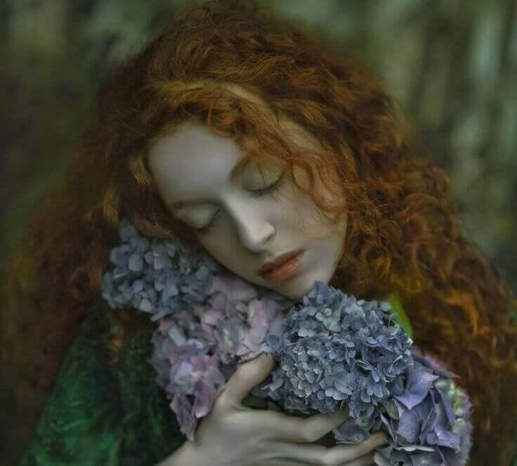 nainen halaa kukkia