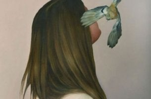 lintu lentelee naisen pään ympärillä