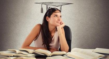 nainen opiskelee
