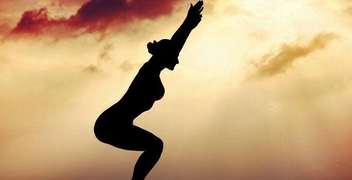 nainen harrastaa taijita taivaalla